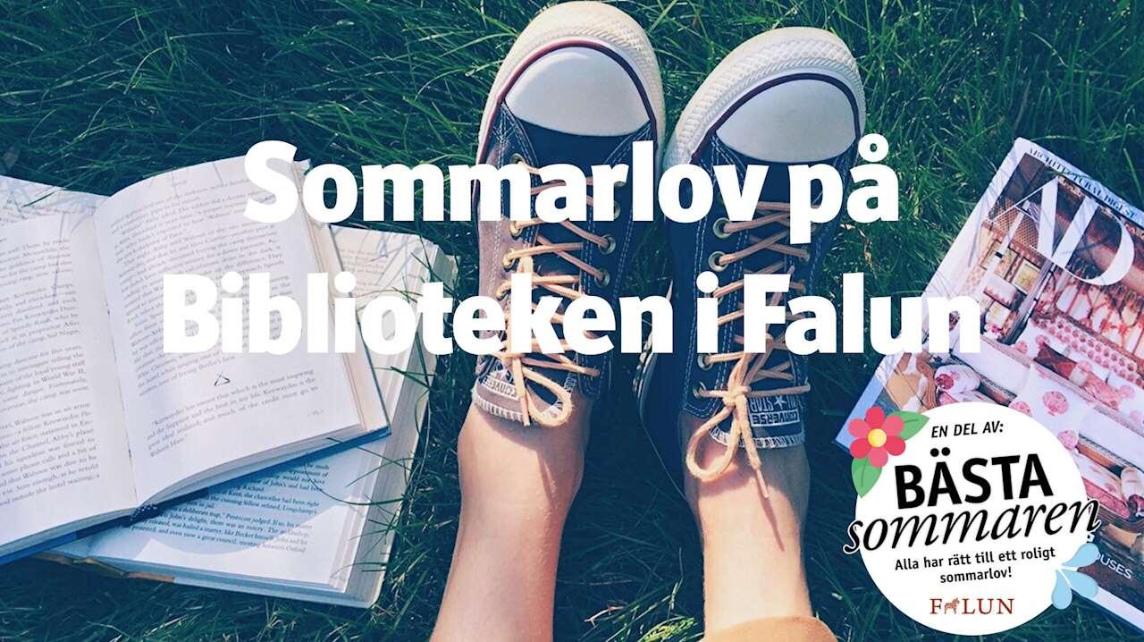 Text: Sommarlov på Biblioteken i Falun. Bakgrund: ett par ben med converse på gräs i mitten. Hög med uppslagna böcker till vänster, ett magasin till höger. Logga: en del av Bästa sommaren