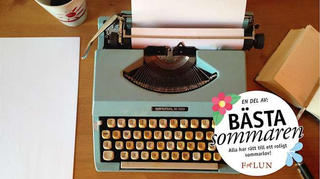 """Bild på en turkos skrivmaskin på ett bord. På vänstersida, en kopp och hög med a4-ark. Höger, en uppslagen kalender och en penna. Logga längst ner till höger """"En del av bästa sommaren"""""""